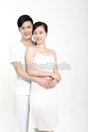 junges chinesisches paar zeigt liebe