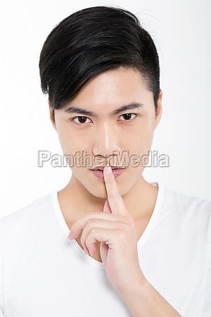 junge maenner lippen finger hand der
