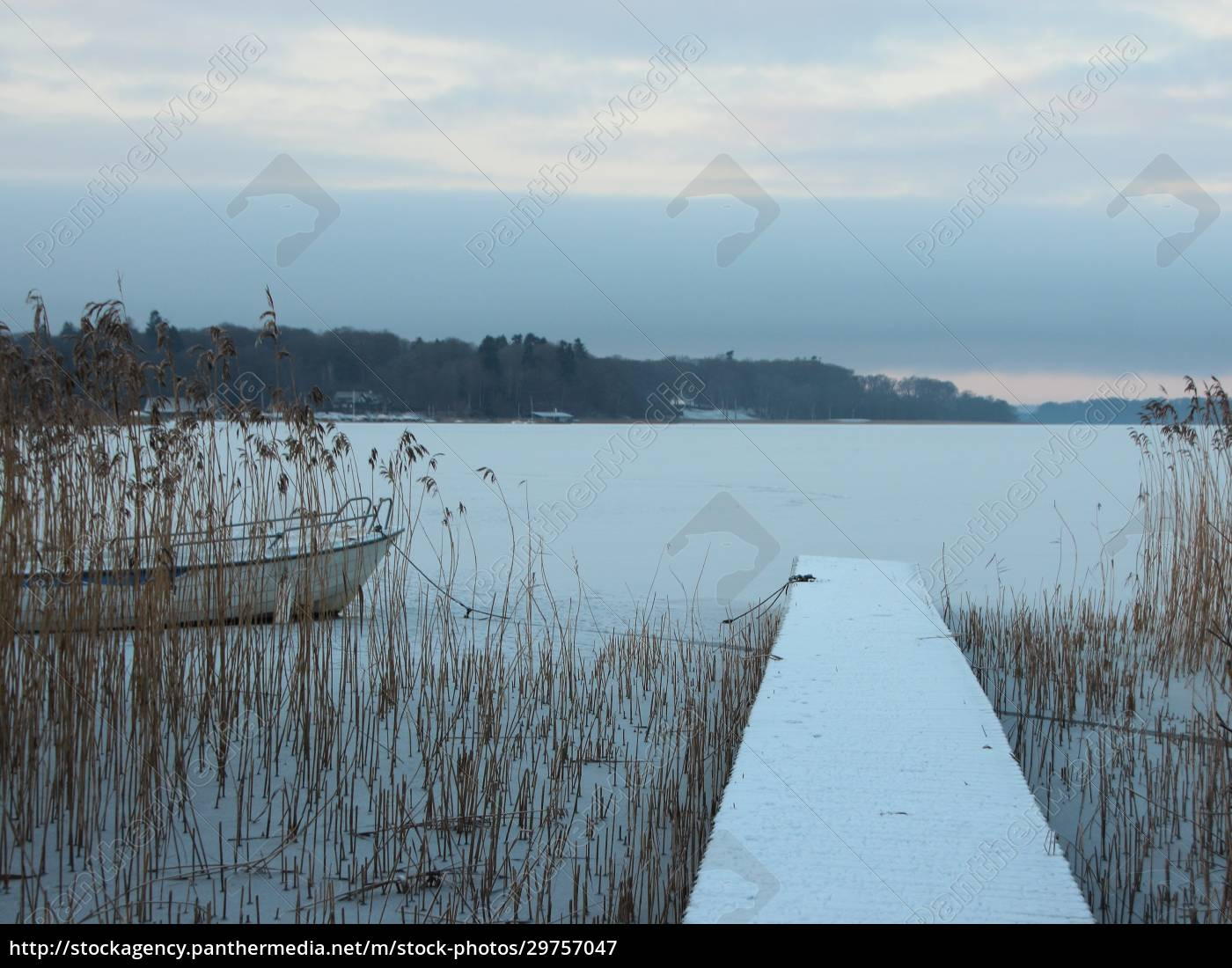 perspective, of, wooden, pier, with, winter - 29757047