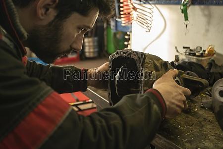 mechaniker repariert das getriebe