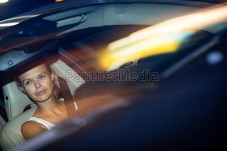 junge fahrerin faehrt ihr auto in