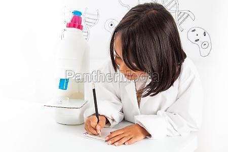 junges maedchen das eine lebenswissenschaftliche berufliche