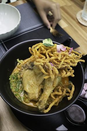 nordthailaendische wuerzige currynudeln suppe