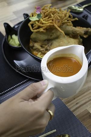 nordthailaendische wuerzige currynudeln suppe stockfoto