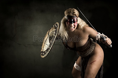 alte frau krieger oder gladiator posiert