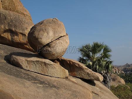 einzigartige sanierende granitfelsen in hampi indien