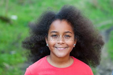 huebsches maedchen mit langen afro haaren