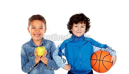 klassenkameraden mit fussball und korbbaellen