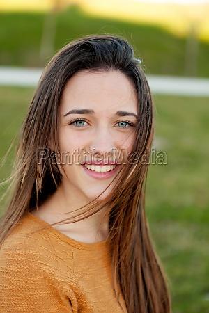 outdoor portraet von schoenen gluecklichen teenager