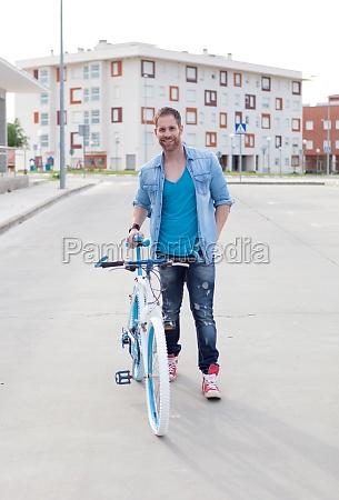 cooler kerl mit einem vintage fahrrad