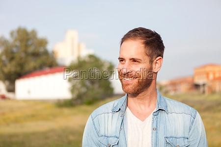 attraktiver nachdenklicher kerl