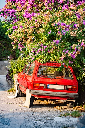 retro auto in der strasse geparkt