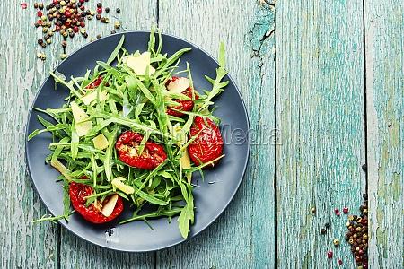 gesunder salat mit getrockneter tomate und