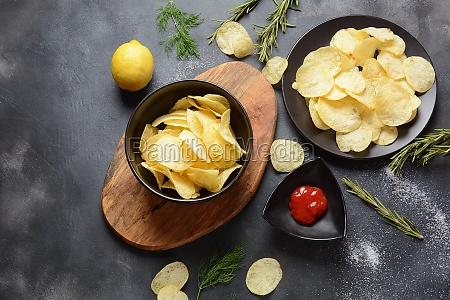 schuessel mit knusprigen hausgemachten kartoffelchips mit