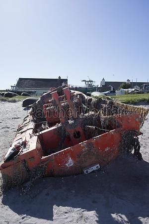 ein schiffbruch oder ein zerstoertes schiff