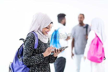 afrikanische studentin mit gruppe von freunden