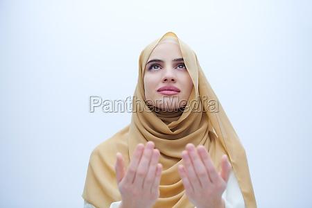 schoene muslimische frau in modischen kleid
