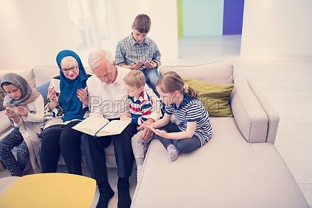 moderne muslimische familie grosseltern mit enkelkindern