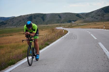triathlon sportler auf dem fahrrad