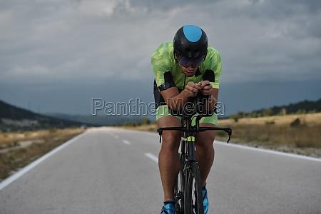 triathlon athlet reitet professionelles rennrad beim