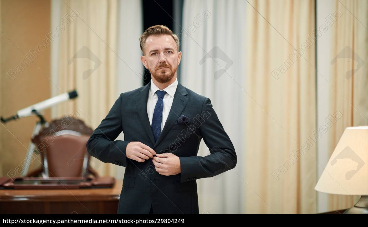corporate, business-mann-porträt, im, luxusbüro - 29804249