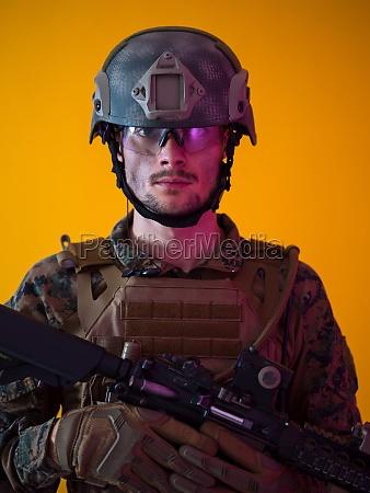 soldat gelb hintergrund