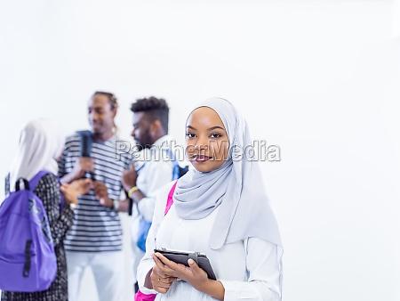muslimische studentin mit gruppe von freunden