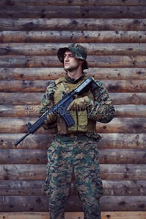 soldatenportraet mit schuetzender armee taktische ausruestung