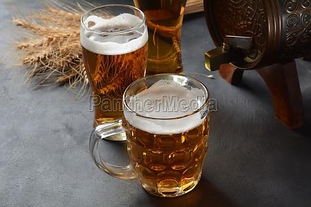 oktoberfest bierfass und bierglaeser mit weizen