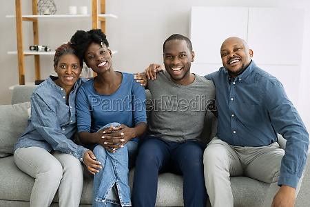 gruppe gluecklicher afrikanischer familienangehoeriger
