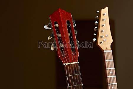 moderne elektrische und klassische akustische gitarre