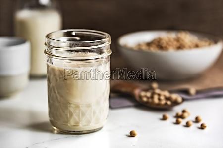 sojamilch in maurerglas und flaschen