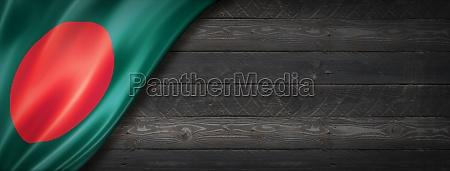 bangladesch flagge auf schwarzem holz wand