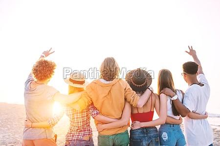 gruppe von gluecklichen freunden mit spass