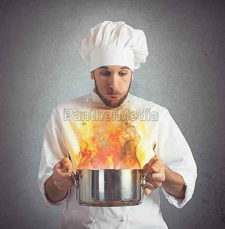 chef blaest verbranntes essen