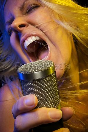 frau singt mit leidenschaft