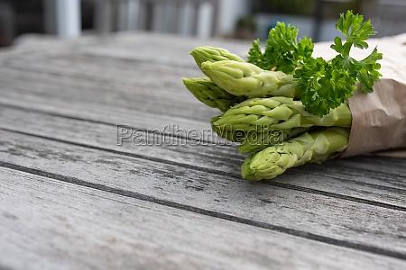 gesunder gruener spargel und petersilie