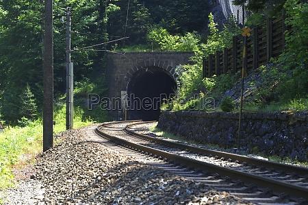 eisenbahntunnel als durchgang im zugverkehr