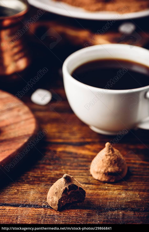 hausgemachte, schokoladentrüffel, mit, kakaopulver, überzogen - 29866841