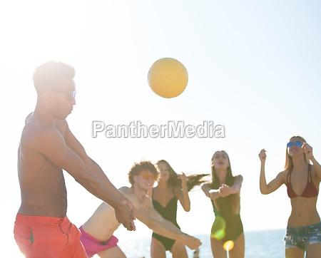 gruppe, von, freunden, spielen, bei, beachvolleyball - 29869549