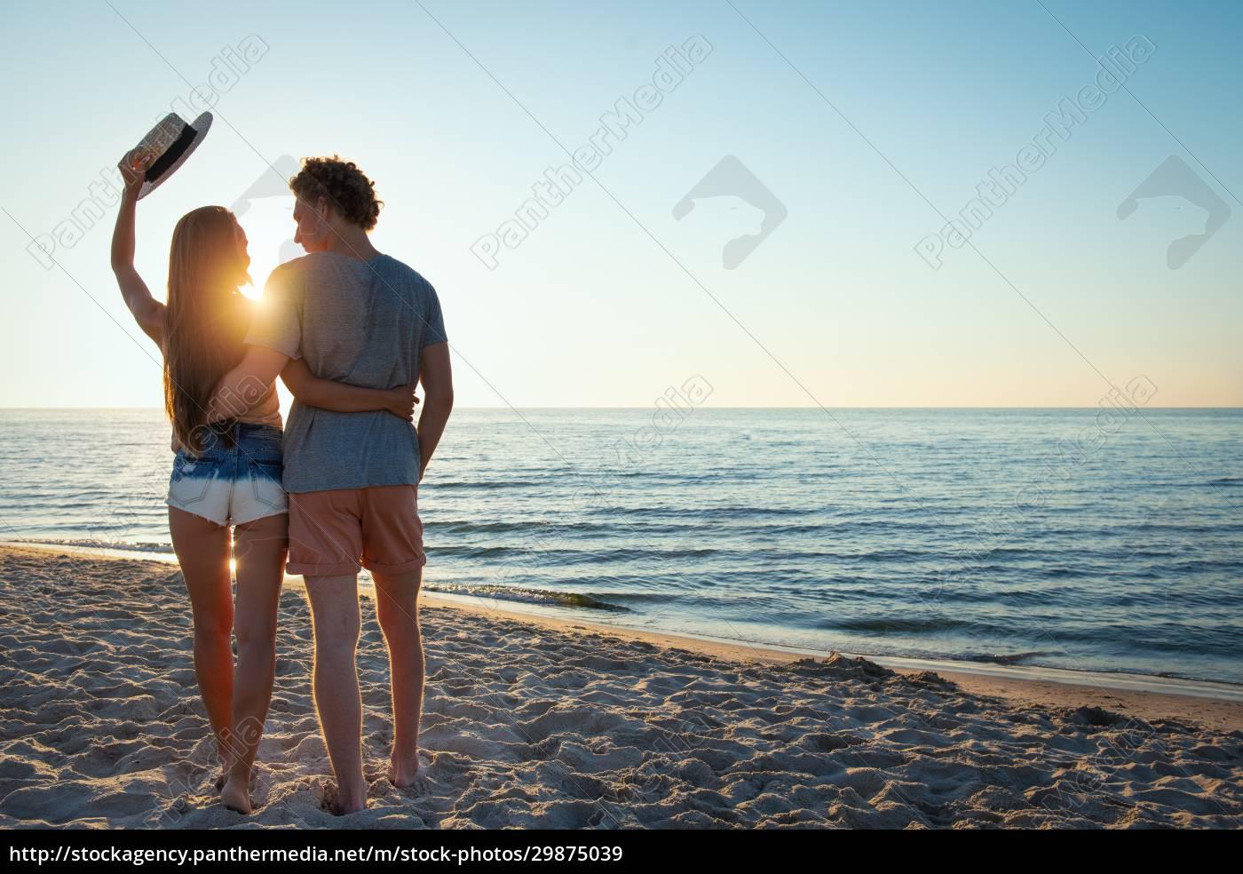 junge, paare, bei, sonnenaufgang, am, strand - 29875039