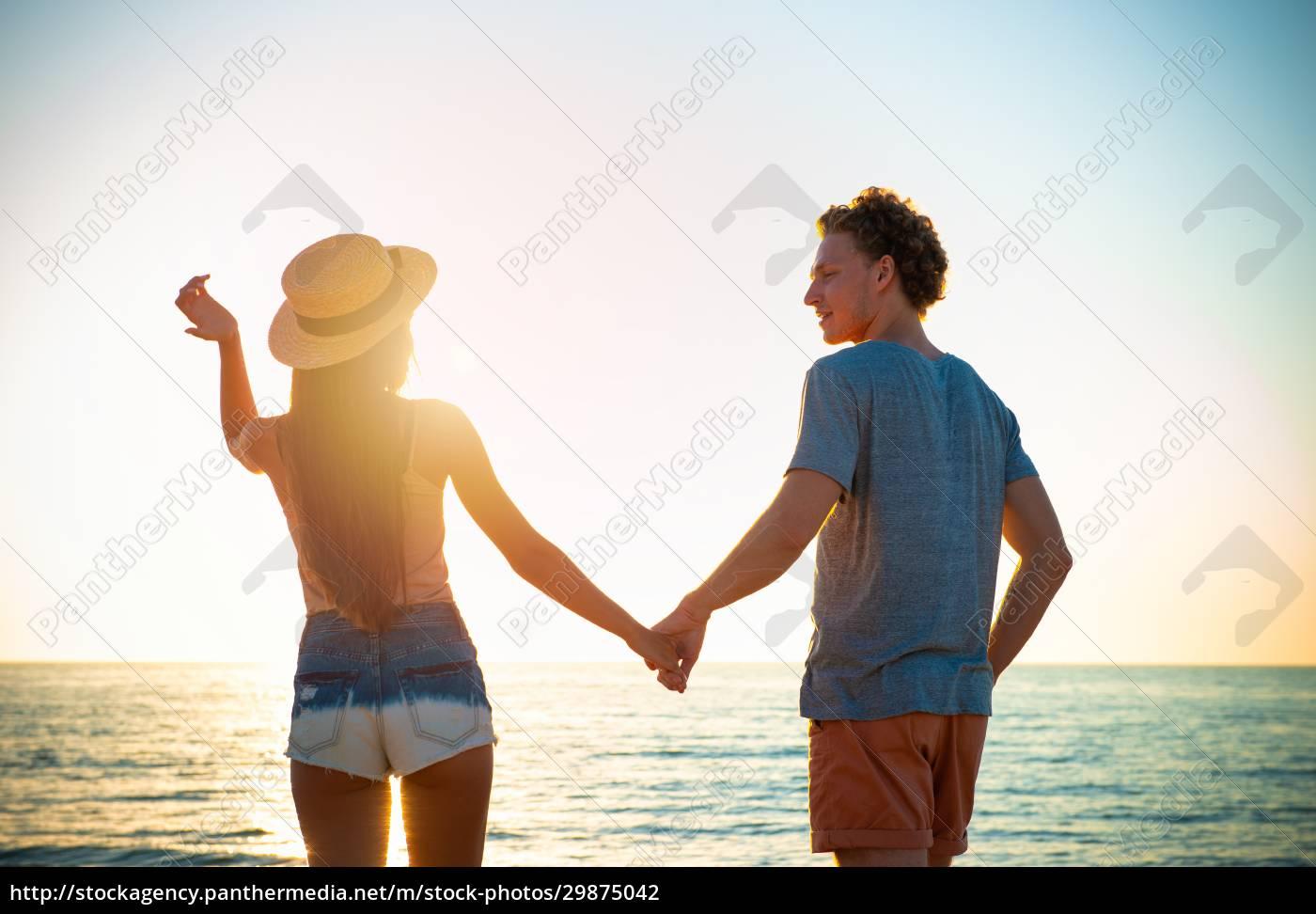 junge, paare, bei, sonnenaufgang, am, strand - 29875042