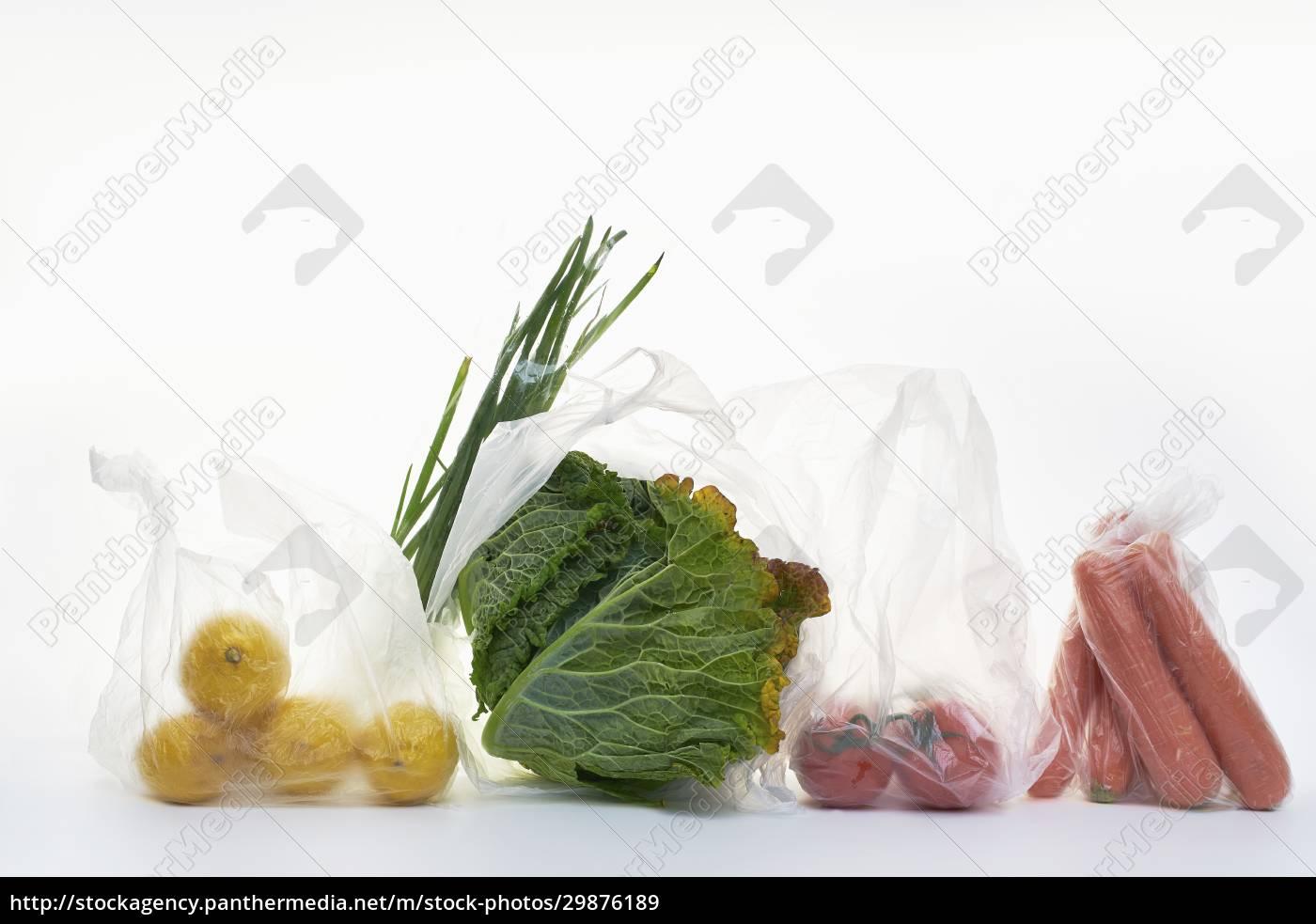 stillleben, mit, lebensmitteln, in, plastiktüten, auf - 29876189