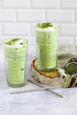 veganer, matcha, eistee, mit, geschäumter, hafermilch - 29876620