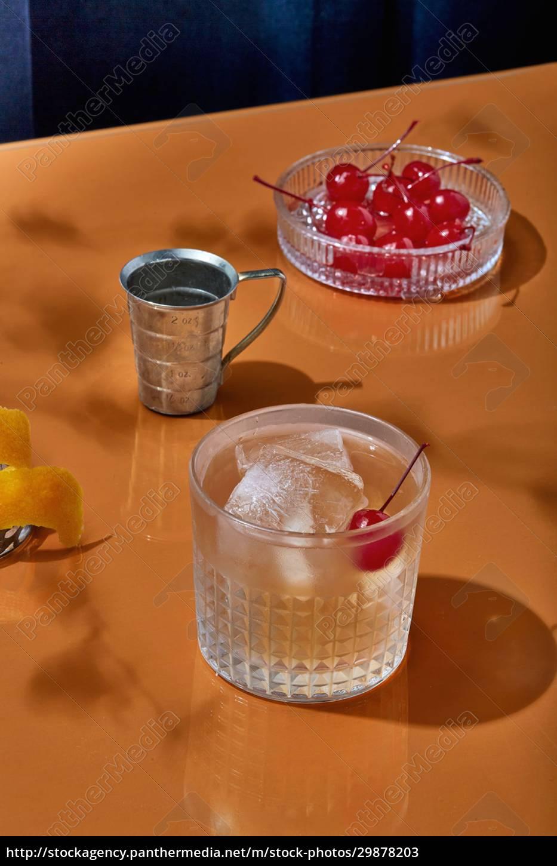 bourbon, cocktail, mit, kirschen, und, eiswürfeln - 29878203