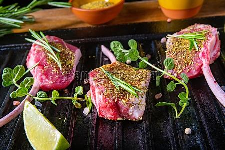 gewuerzte und kraut marinierte rohe lammkoteletts