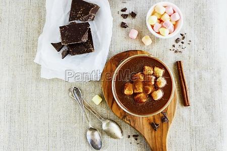 hausgemachte heisse schokolade und zutaten
