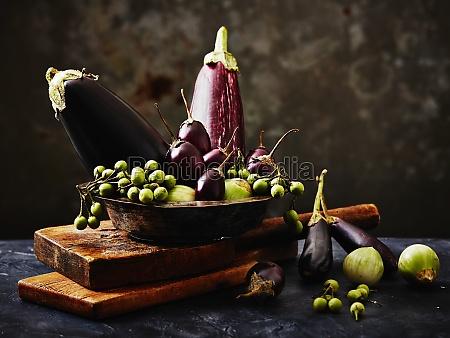 stillleben arrangement von auberginen