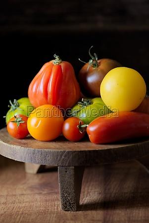 tomatenstillleben mit bueffelherztomaten