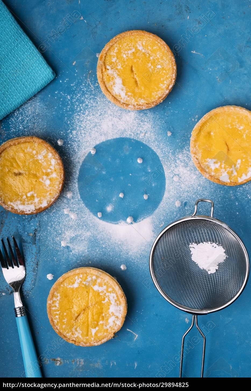 mini, lemon, tarts, with, shortbread, crust - 29894825
